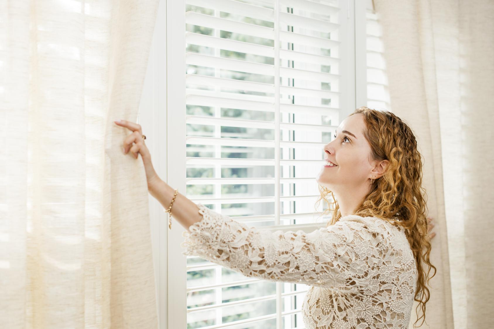 Cortinas abiertas para combatir humedad en ventanas