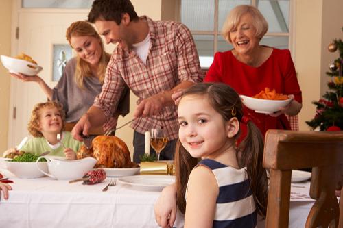 Familia comiendo juntos