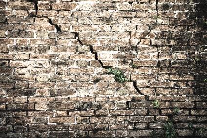 grieta en muro ladrillo humedad