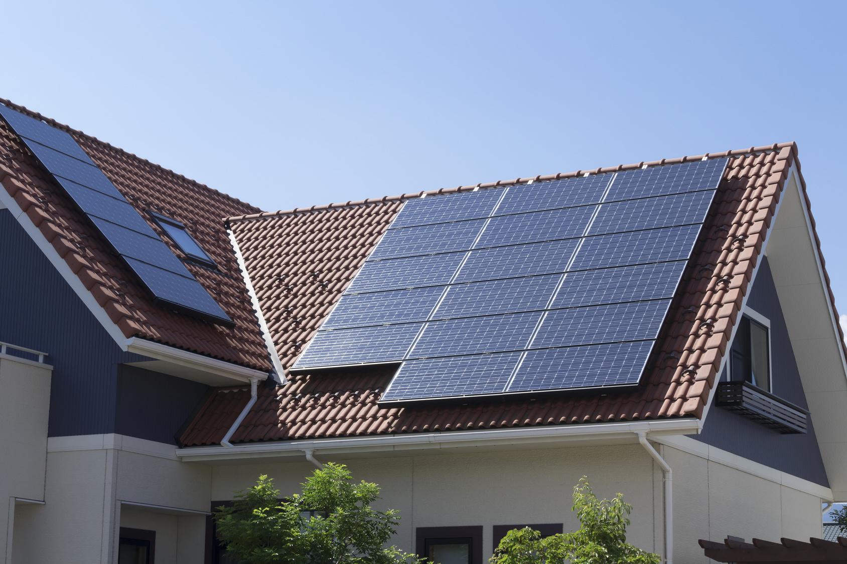 instalación de paneles solares en tejado de casa