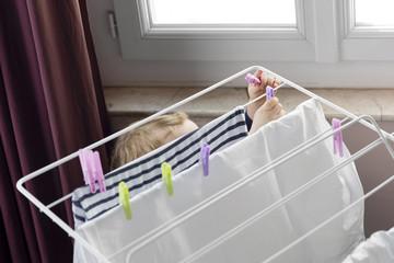 ropa tendida en casa para secar con deshumidificador